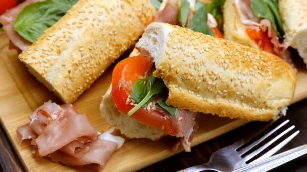 Egészséges házi készítésű szendvicseket az asztalra