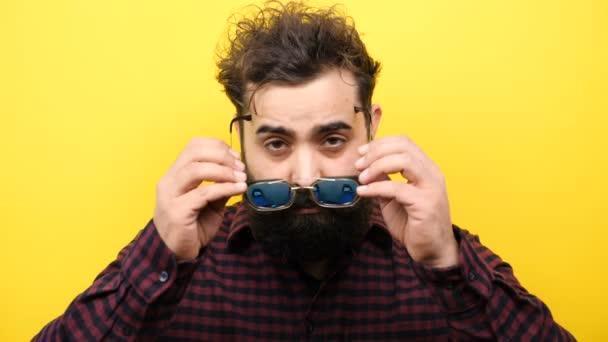 Bokovky staví své brýle na obličej