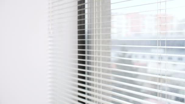 Žena zadáním rám a při pohledu za oknem