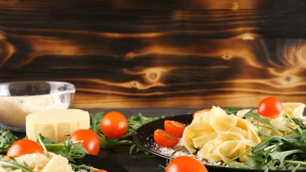 Dvě desky s italskou tagliattele těstoviny v něm
