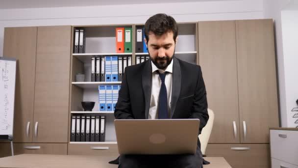 Podnikatel v oblasti formát oblečení sedí na stole a psaní na notebooku