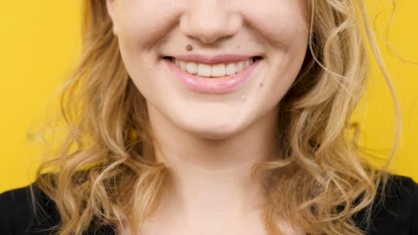 Fiatal nő mosolyog a kamera felfedi a fehér és a tökéletes fogak nagy