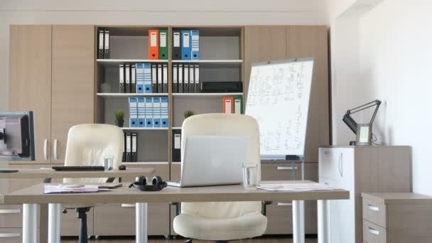 Prázdnou moderní kancelář před zaměstnanci dorazí do práce