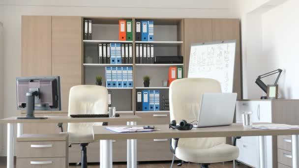 Prázdnou moderní kancelář s nikdo v ní