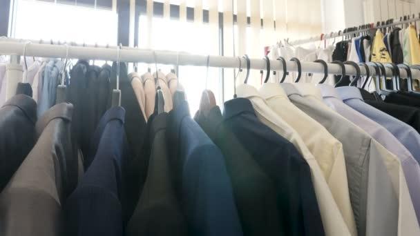 Závěsy, které jsou plné různých oblečení v obchodě vedle okna