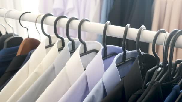 Závěs s mužské business oblečení v obchodě