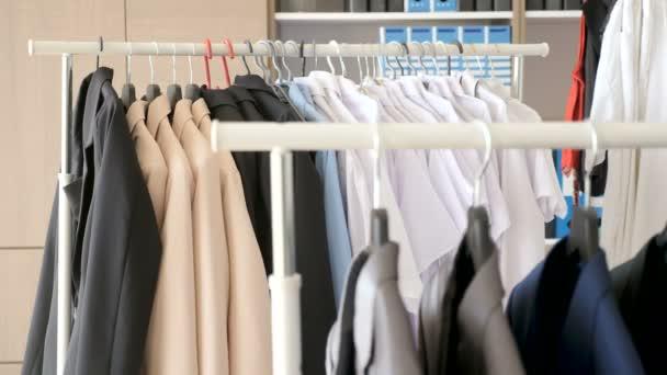 Závěsy s mužskou a ženskou business oblečení