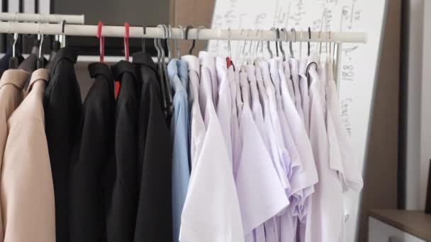 Závěs plný oblečení žen v podnikání