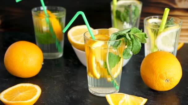 Vitamin vízben szelet narancs, menta