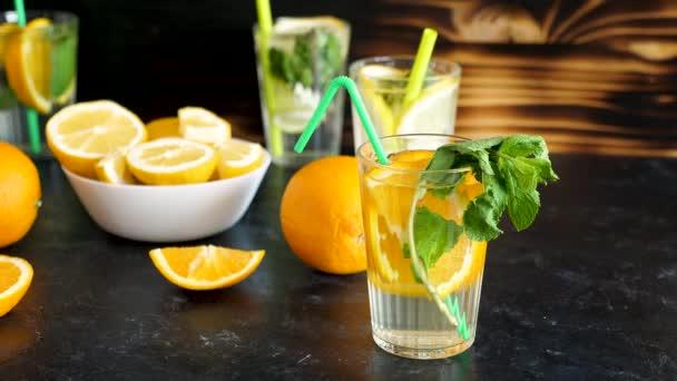 Friss orangeade víz mellett szemüveg, limonádé