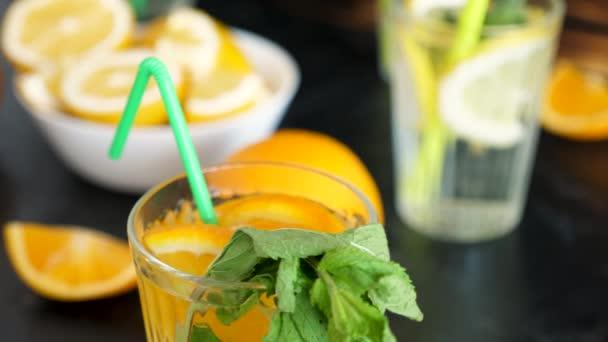 Orangeade vizet inni, menta