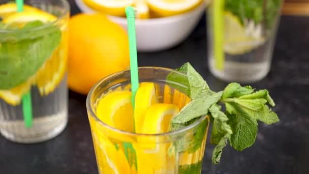 Zár megjelöl-ból egy pohár orangeade és a orages szelet