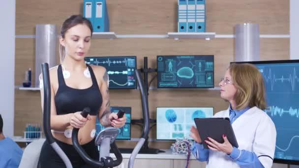 Scienziato femminile nel test di ricerca sportiva atleta femminile endurace