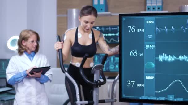 atleta femminile utilizzando attrezzature moderne per aumentare le sue prestazioni