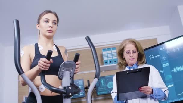 Femmina corridore testare il suo cardio in un centro di test professionale