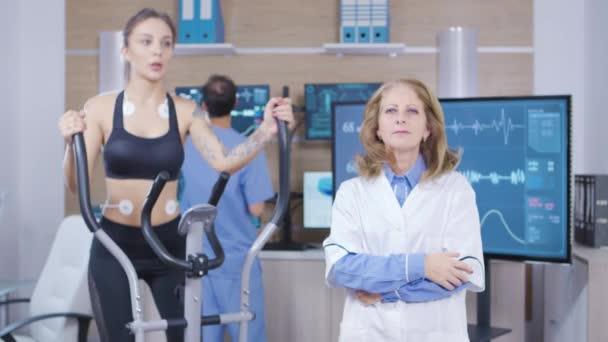 Medico femminile in scienze dello sport facendo gesti della mano nellaria