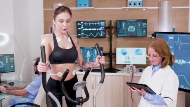 Latleta femminile che prova la sua frequenza cardiaca in un centro sportivo