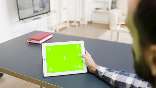 Felülről lefelé néző zöld képernyős digitális tabletta Pc az asztalon