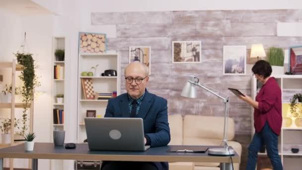 glücklicher alter Mann nach dem Lesen einer guten Nachricht auf dem Laptop