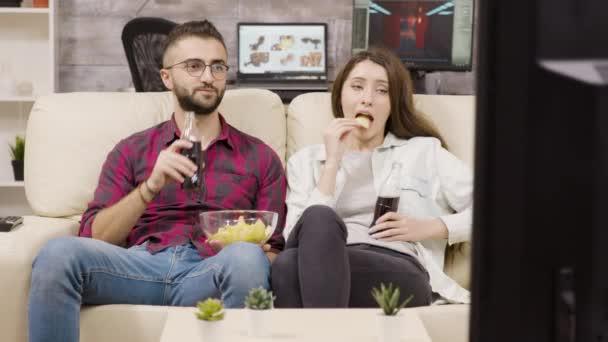 gyönyörű fiatal pár ül a kanapén