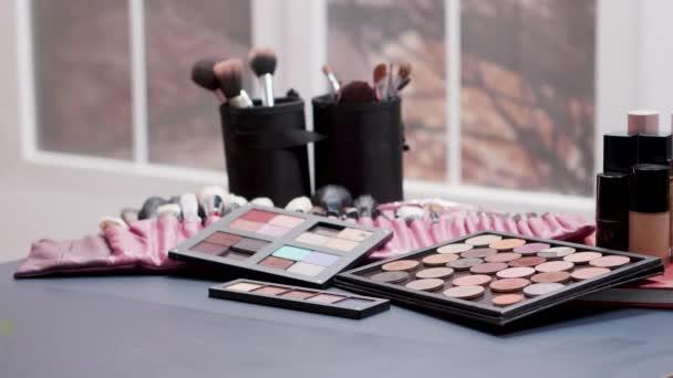 Dolly záběr různých kosmetických výrobků na stole
