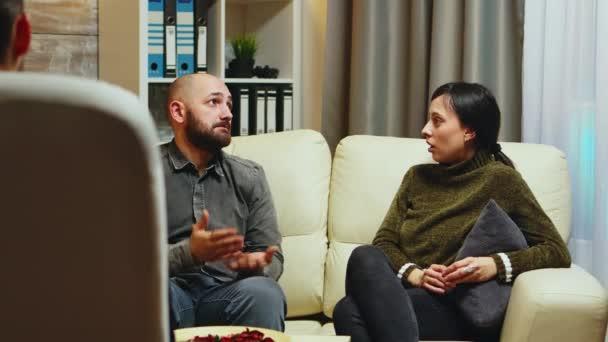 Mladý muž říká své ženě před terapeutem