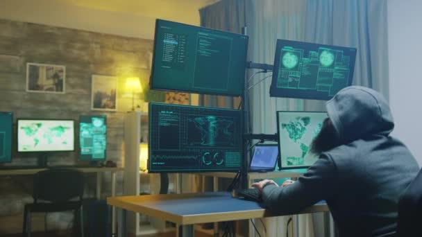 Vousatý kyberkriminálník v mikině