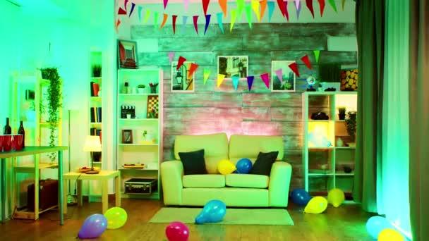 Party zdobené místnosti s neonovými světly na stěně a diskotéka
