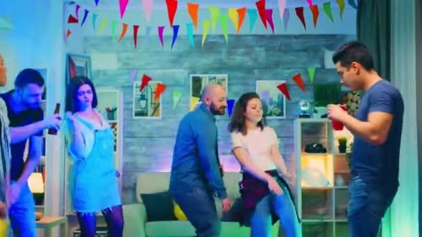 Atraktivní mladá žena drží balón při tanci se svými přáteli