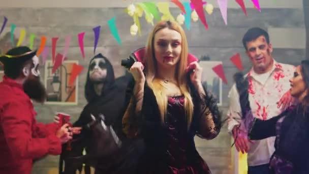 Attraktive blonde Frau verkleidet sich wie eine sexy Hexe