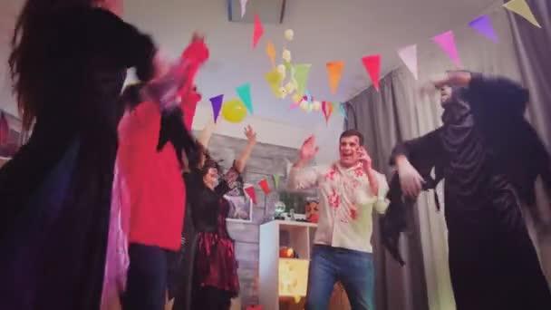 Őrült tánc a barátok ünneplő halloween