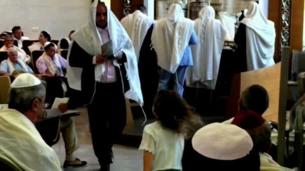 Tel Aviv, Izrael - október 04,2016: imádkozzanak a zsidó férfiak új zsinagóga a nyaralás a Ros hásáná, zsidó újév. Lassú mozgás