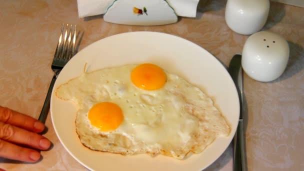 Slouží míchaná vejce na talíři, stojící na stole s ubrus.