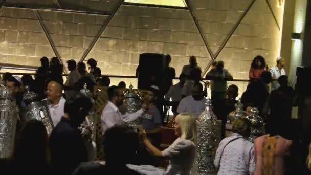 Tel Aviv, Israel - 24. Oktober 2016: Israelische Männer und Frauen feiern Simchat Thora