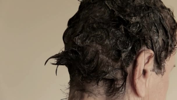 Starší žena barvy vlasy doma