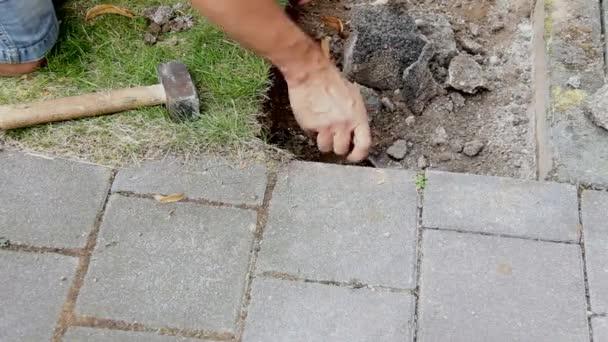 Pracovník připraví místo pro pokládku betonové desky