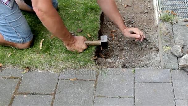 arbeiter bereitet vor ort f r die verlegung von beton pflastersteine stockvideo flik47. Black Bedroom Furniture Sets. Home Design Ideas