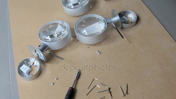 Moderní demontované elektrické lampy