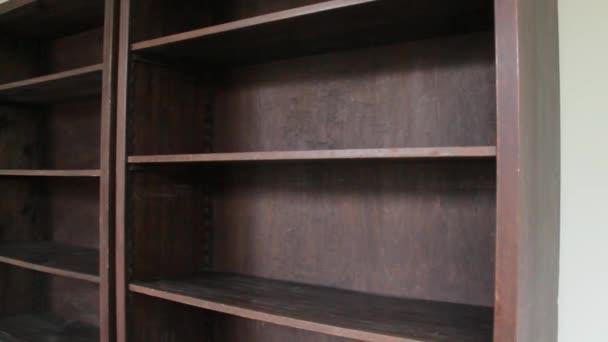 Prázdné staré dřevěné knihy police.