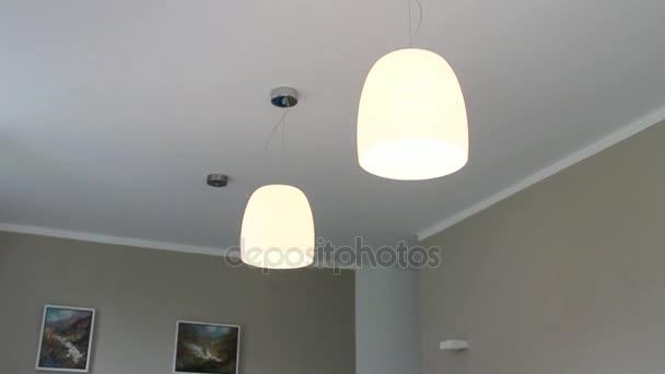 Lámparas modernas en un techo de comedor en la casa Europea — Vídeo ...