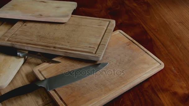 Dřevěná prkénka a nože na stůl