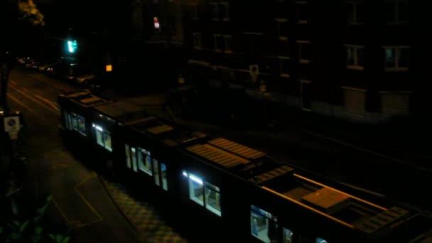 Ankunft und Abfahrt der Straßenbahn von einer Haltestelle in der Nacht europäische Stadt