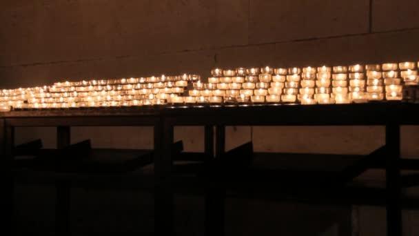 Hořící svíčky v kostele