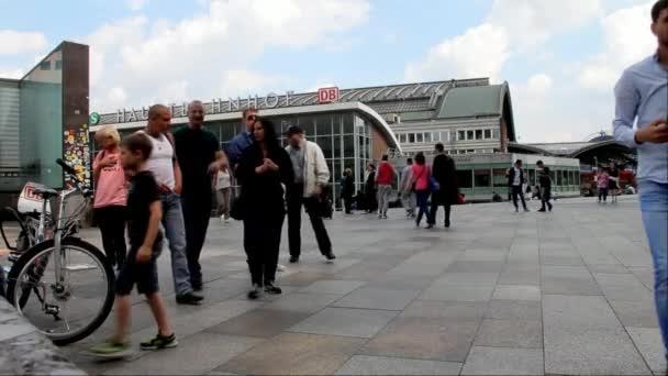 Hauptbahnhof in Köln mit nicht identifizierten Personen