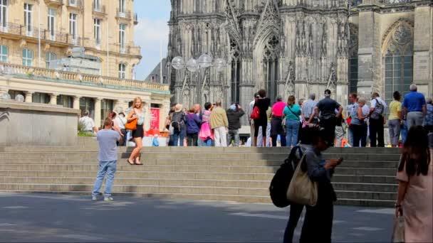 Touristen-Spaziergang durch römische katholische Kölner Dom Dom