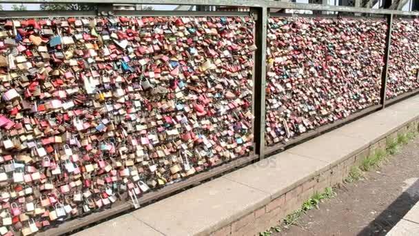 Blick auf Kölner Brücke, wo Menschen ihre Liebe ausdrücken, Vorhängeschlösser am Zaun hängen