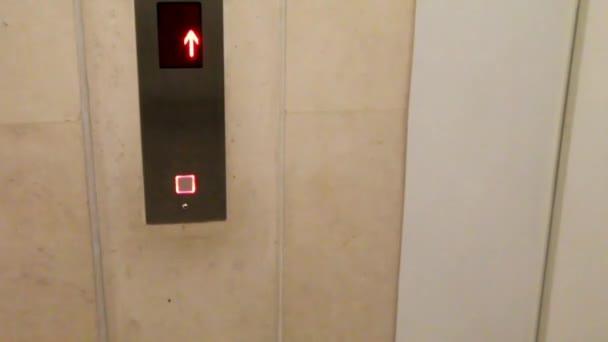 Mano delluomo provoca un ascensore