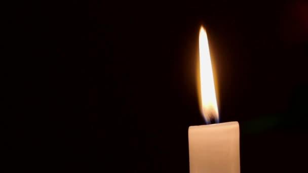 Zblízka pohled z hořící svíčka s plamen