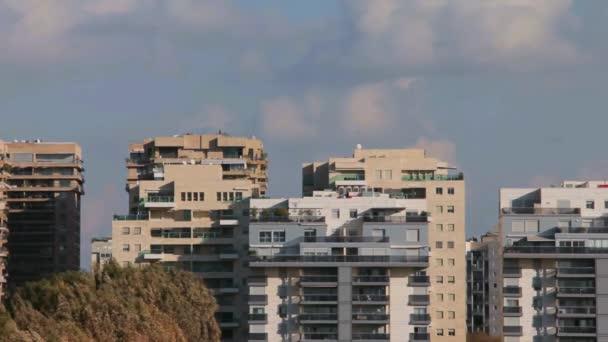 Panorama z moderního města na krásnou modrou oblohu s mraky bílé pozadí