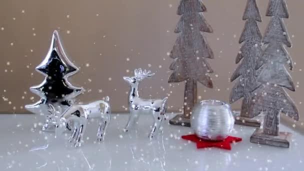 Vánoční dekorace s Toy jelenů, jedle, dekorativní svíčka a sněhu